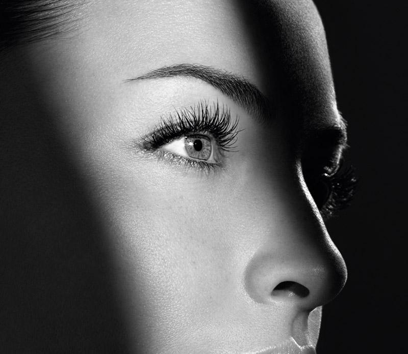 Le contour des yeux et ses spécificités.